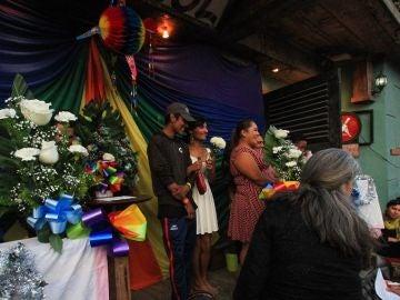 iembros de la comunidad LGBT de la caravana migrante de centroamericanos celebran bodas colectivas