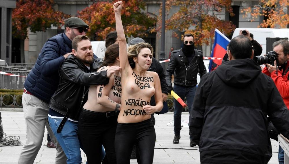 Activistas de Femen protestan en un acto de la Falange