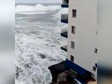 El oleaje impacta en un edificio de Canarias