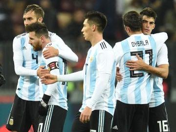 Leo Messi y Dybala, tras un partido de Argentina