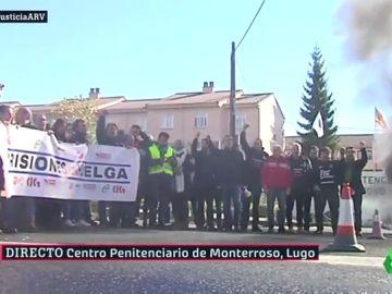 Funcionarios de prisiones cortan la carretera en Lugo para protestar por sus condiciones laborales.