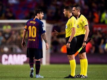 Messi habla con Gil Manzano durante un partido
