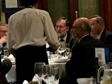 El almuerzo de Rajoy con antiguos altos de cargos del PP en un restaurante de Madrid