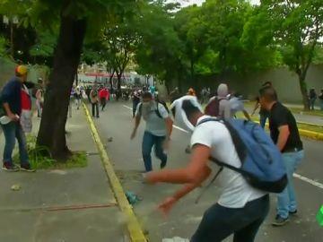 Enfrentamientos entre la policía venezolana y manifestantes durante una protesta estudiantil en Caracas