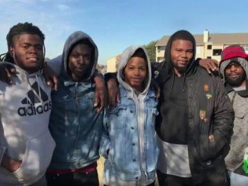 Siete jóvenes salvan a una familia de una muerte segura: los agarraron cuando se tiraron por la ventana para huir de un incendio