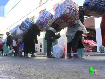 """""""Introducir mercancía robada en Marruecos es lo más fácil que hay"""": habla una de las porteadoras que cruza a diario la frontera"""