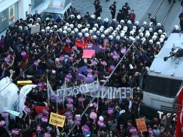 La Policía lanza gas en la protesta contra la violencia machista en Estambul