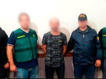 Imagen de agentes de la Guardia Civil junto al hombre detenido en Argentina