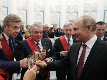El presidente ruso, Vladímir Putin, brinda con Boris Gromov, presidente de la organización pública de veteranos ''Hermandad Militar'