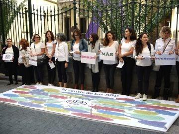 El colectivo de Opositores y Profesores de Canarias-OPCAN reivindica sus derechos en un acto fuera de la sede del Parlamento de Canarias.