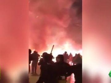 Los ultras vuelven a ser protagonistas en Grecia: brutal pelea entre radicales del AEK, Panathinaikos y Ajax