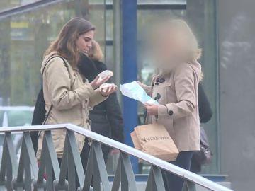 Implantes usados en el mercado negro: así de fácil compra una periodista de laSexta unas prótesis mamarias en la calle
