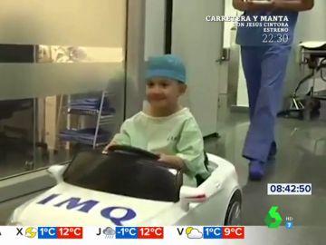Un coche eléctrico antes de entrar a quirófano: la aplaudida iniciativa de un hospital de Bilbao para calmar los nervios de los más pequeños