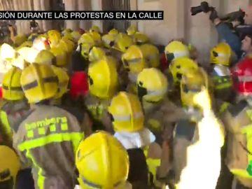 Momentos de tensión en la protesta de bomberos, estudiantes, profesores y médicos ante el Parlament de Cataluña