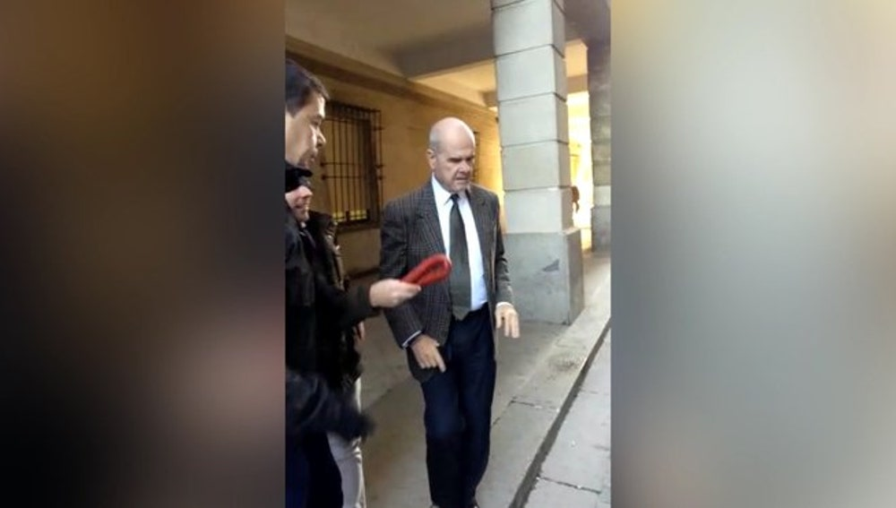 Militantes de Vox zarandean chorizos ante los acusados en el juicio de los ERE
