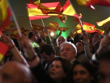 Militantes y simpatizantes de Vox celebran los resultados en Andalucía