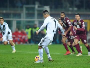 Cristiano Ronaldo anota de penalti ante el Torino