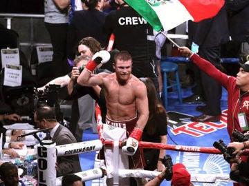"""""""Canelo"""" Álvarez vence por nocaut a Fielding y logra el tercer título mundial"""