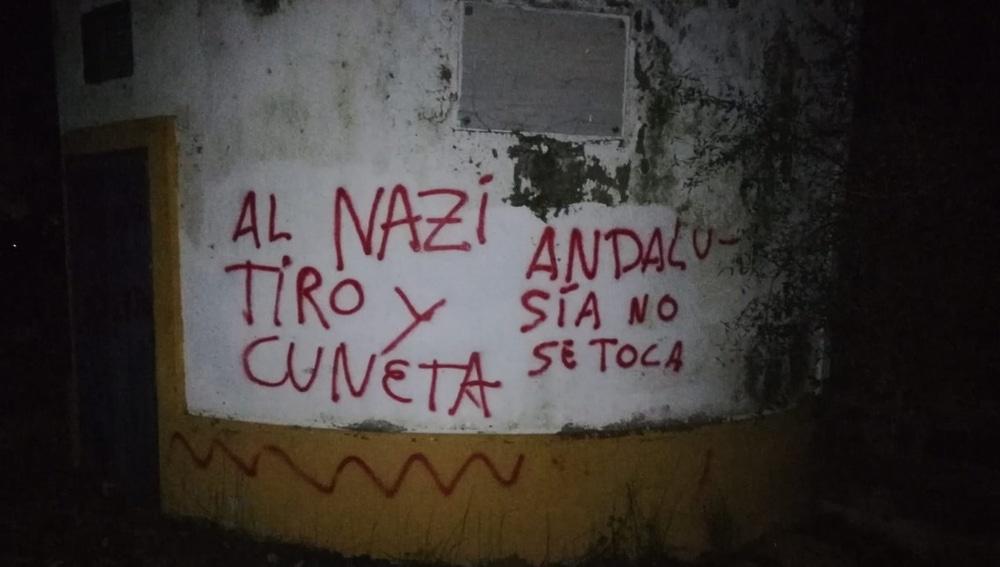 Pintadas con mensajes amenazantes en la casa de Morante de la Puebla