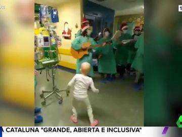 La aplaudida imagen de un grupo de voluntarios cantando villancicos a los niños ingresados en un hospital infantil