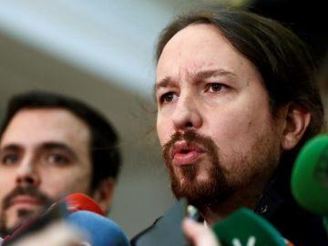 El líder de Podemos, Pablo Iglesias, y Alberto Garzón ante los medios de comunicación