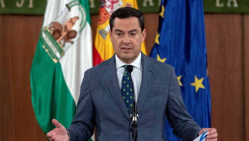 Juanma Moreno durante su comparecencia tras la segunda reunión que mantuvo en el Parlamento andaluz en Sevilla con Ciudadanos