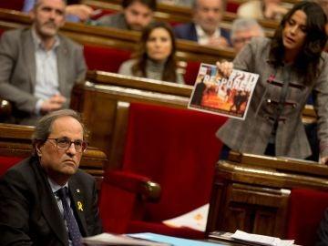 Inés Arrimadas, líder de Ciudadanos, muestra una foto de los CDR a Quim Torra, presidente de la Generalitat.