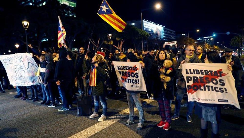 Varias decenas de personas protestan a las puertas del Sofía Hotel Barcelona