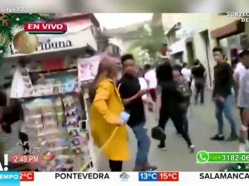 El momento en el que un hombre roba el móvil a una reportera en pleno directo
