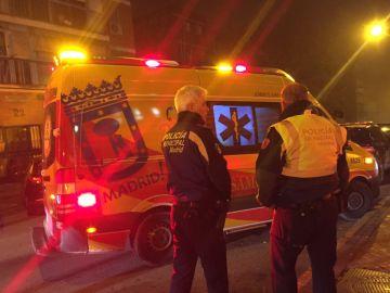Una ambulancia y dos policías en Vallecas, Madrid.