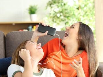 Chicas escuchan música en los auriculares