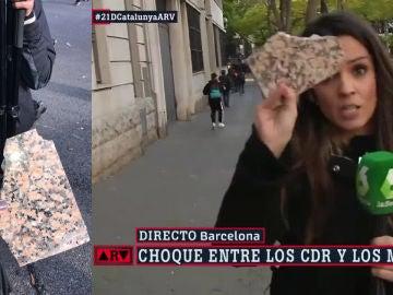 Ana Cuesta muestra una de las piedras lanzadas en Barcelona