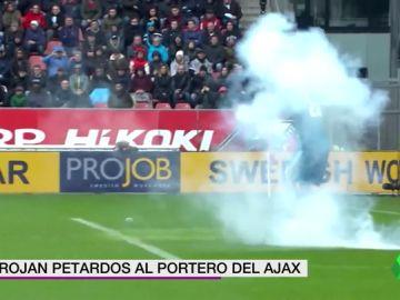 Se rozó la tragedia: los ultras del Utrech lanzaron petardos al portero del Ajax en pleno partido