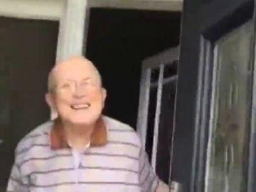 El vídeo viral de una joven que recopila las entrañables reacciones de su abuelo cada vez que va a visitarlo