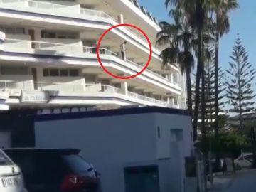 Un hombre, a punto de lanzarse desde un cuarto piso de un hotel