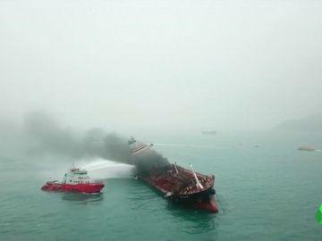 Un petrolero se incendia en un espacio marino con especies en peligro de extinción en Hong Kong