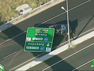 Una señal cae sobre un coche en plena autopista y hiere a la conductora