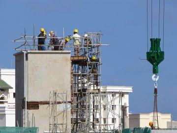 Imagen de unos obreros en un edificio en construcción