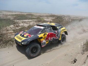 Loeb, en una etapa del Dakar