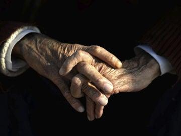 Vista de las manos de un anciano