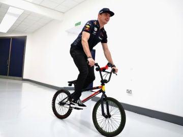 Max Verstappen, en bicicleta