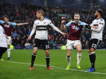 El Burnley celebra un gol del Fulham en propia puerta