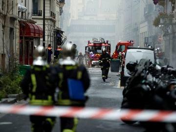 Dispositivo de Bomberos en el exterterior del lugar de la explosión en París