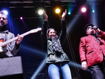 La ministra de Industria y Turismo Reyes Maroto y el cantante Javier Gurruchaga