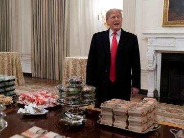 Trump recibe a un equipo universitario en la Casa Blanca con Burger King y McDonald's.