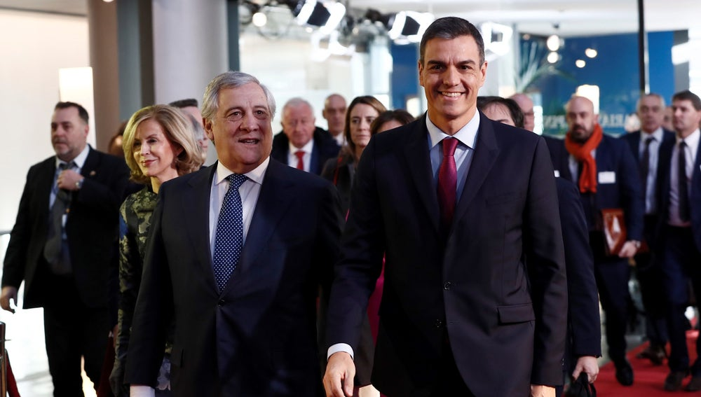 El presidente del Gobierno español, Pedro Sánchez, junto al presidente del Parlamento Europeo, Antonio Tajani