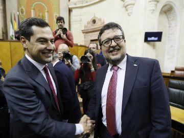 El líder del PP-A, Juanma Moreno, es felicitado por el líder de Vox, Francisco Serrano,