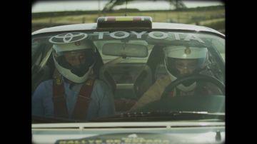 Ana Pastor aterriza en los años 90 conduciendo con Luis Moya en el Circuito del Jarama