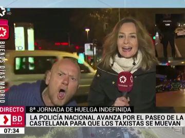 Un espontáneo entra en el directo de una reportera