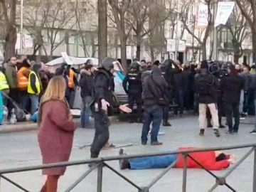 Un hombre simula una agresión de la Policía durante el desalojo de la huelga de taxistas en Madrid